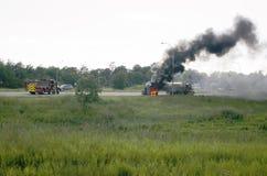 Tanque no fogo com o fumo que vem do caminhão na estrada Fotos de Stock