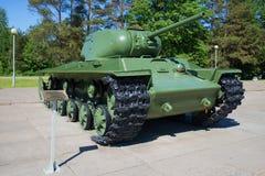 Tanque pesado soviético KV-1S durante a segunda guerra mundial Descoberta memorável do bloqueio de Leninegrado fotografia de stock royalty free