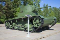 Tanque T-26 na descoberta do diorama do bloqueio de Leninegrado em um dia de verão ensolarado Região de Leninegrado fotografia de stock royalty free