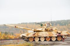 Tanque T-90S no movimento Rússia foto de stock royalty free
