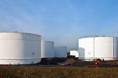 Tanques brancos na exploração agrícola de tanque com céu azul Imagens de Stock Royalty Free