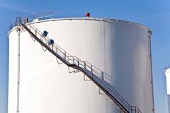 Tanques brancos na exploração agrícola de tanque com céu azul Imagens de Stock