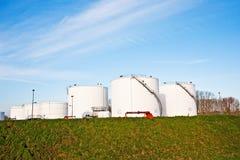 Tanques brancos para a gasolina e o óleo na exploração agrícola de tanque Imagens de Stock Royalty Free