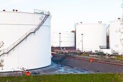 Tanques brancos para a gasolina e o petróleo Foto de Stock