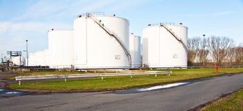 Tanques brancos para a gasolina e o petróleo na exploração agrícola de tanque Foto de Stock