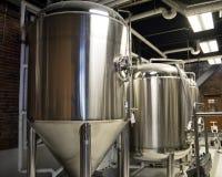 Tanques da fabricação de cerveja em uma cervejaria do ofício Fotografia de Stock Royalty Free