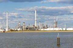 Tanques da refinaria e de armazenamento do porto de Antuérpia Imagens de Stock