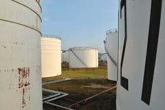 Tanques de óleo branco na manhã Imagens de Stock Royalty Free