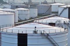 Tanques de óleo branco na manhã Fotos de Stock