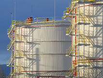 Tanques de óleo enormes na fábrica Fotografia de Stock