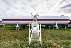 Tanques de óleo grandes em uma refinaria Fotografia de Stock