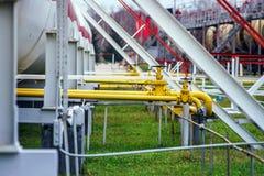Tanques de óleo grandes em uma refinaria Fotos de Stock