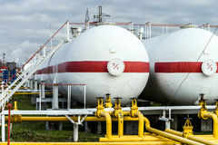 Tanques de óleo grandes em uma refinaria Imagem de Stock