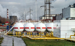Tanques de óleo grandes em uma refinaria Foto de Stock Royalty Free