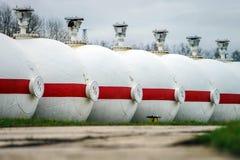 Tanques de óleo grandes em uma refinaria Imagens de Stock Royalty Free