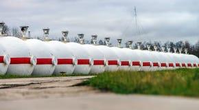 Tanques de óleo grandes em uma refinaria Fotos de Stock Royalty Free