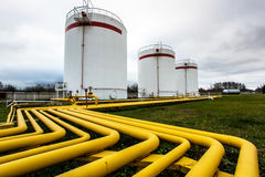 Tanques de óleo grandes em uma refinaria Imagens de Stock