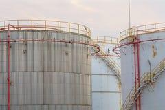 Tanques de óleo industriais em uma refinaria Fotos de Stock Royalty Free