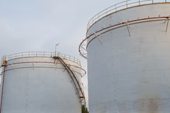 Tanques de óleo industriais em uma refinaria Foto de Stock