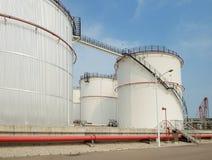 Tanques de óleo industriais grandes Foto de Stock