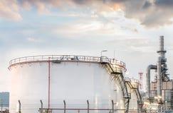 Tanques de óleo industriais grandes em uma refinaria Fotografia de Stock