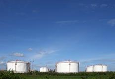 Tanques de óleo no campo Fotografia de Stock Royalty Free