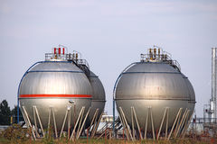 Tanques de óleo no campo Imagens de Stock
