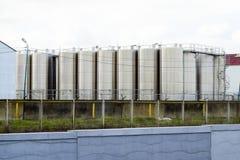 Tanques de aço inoxidável na adega winery Produção do vinho e das bebidas alcoólicas fotos de stock royalty free