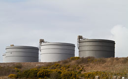 Tanques de armazenamento da refinaria de petróleo Imagens de Stock