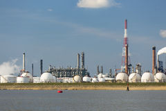 Tanques de armazenamento da refinaria e do gás do porto de Antuérpia Fotografia de Stock Royalty Free