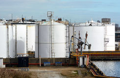Tanques de armazenamento do óleo branco Imagens de Stock Royalty Free