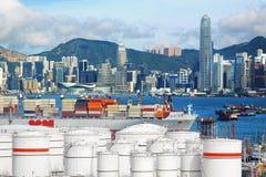 Tanques de armazenamento do óleo com fundo urbano Fotografia de Stock Royalty Free