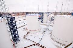 Tanques de armazenamento do óleo da fábrica da refinaria Fotografia de Stock Royalty Free