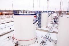 Tanques de armazenamento do óleo da fábrica da refinaria Fotos de Stock Royalty Free