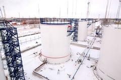 Tanques de armazenamento do óleo da fábrica da refinaria sob o céu nebuloso Fotografia de Stock Royalty Free