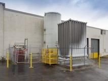 Tanques de armazenamento do nitrogênio químico e líquido imagem de stock royalty free
