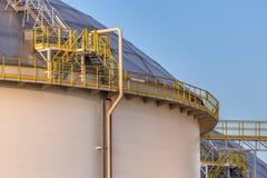 Tanques de armazenamento grandes modernos do óleo com detalhe de etapas e de escadas Imagens de Stock Royalty Free