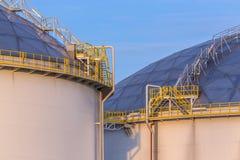 Tanques de armazenamento modernos do óleo com detalhe de etapas e de escadas Fotografia de Stock Royalty Free
