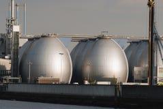 Tanques de armazenamento no depósito do óleo Foto de Stock