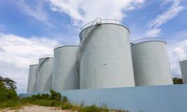 Tanques de armazenamento para produtos petrolíferos, vagabundos do céu azul do petroleiro do fuel-óleo Imagem de Stock Royalty Free