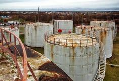 Tanques de armazenamento velhos do óleo Imagem de Stock