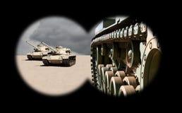 Tanques de exército de aproximação através dos binóculos imagem de stock