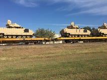Tanques de exército dos EUA na estrada de ferro que está sendo transportada Imagem de Stock