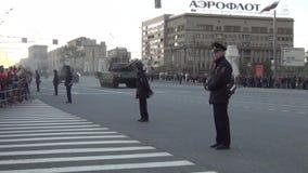Tanques de guerra parada e povos de T-14 Armata na borda da estrada no parad de Victory Day da noite filme