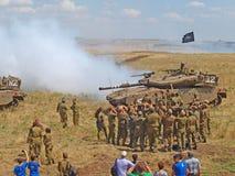 Tanques de Merkava e soldados israelitas em forças blindadas de formação Imagem de Stock