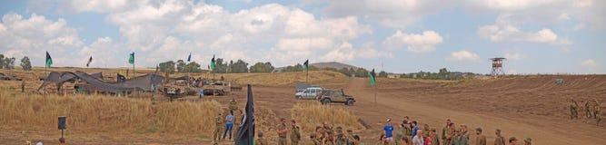 Tanques de Merkava e soldados israelitas em forças blindadas de formação Imagens de Stock