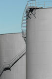 Tanques de petróleo cinzentos Fotos de Stock