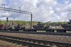 Tanques do russo carregados em uma plataforma da estrada de ferro da carga fotos de stock