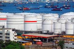 Tanques e navio de óleo no dia Foto de Stock