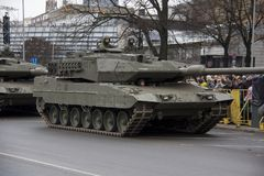 Tanques e soldados da OTAN na parada militar em Riga, Letónia Foto de Stock Royalty Free